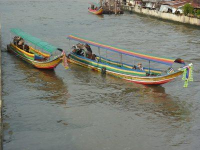 On traverse les khlong en marchant sur les écluses