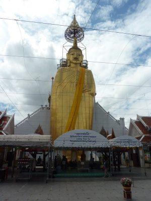 Le Buddha Debout De 32m De Haut Du Wat Intharavihan