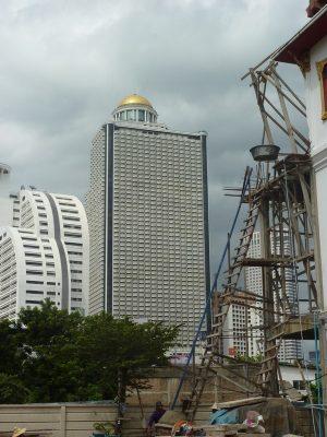 Des échaffaudages en bambou, et notre hôtel haut de gamme en arrière plan... Bangkok ville de contrastes.