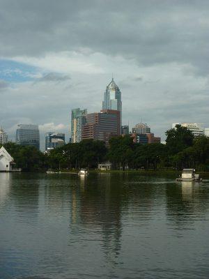 La Skyline De Bangkok Derrière Le Lac Du Parc Suan Lumphini