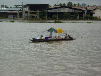 Une Petite Barque Vendant Ses Marchandises Aux Bateaux Qui Passent