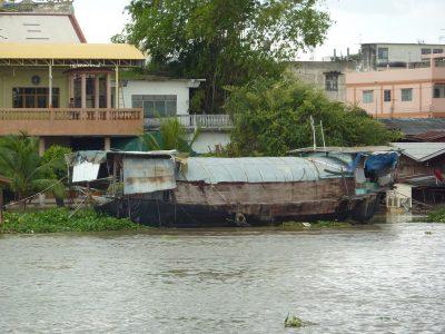 Une Barge Transformée En Habitation Le Long De La Chao Phraya