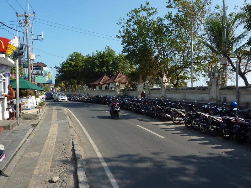 Kuta, ses boutiques à touristes et sa rangée de scooters devant la plage dégueulasse...