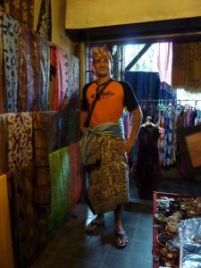 Essais de sarong, c'est pas la classe à Dallas ?