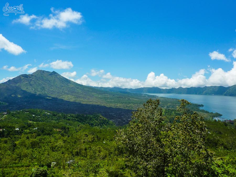 Le cratère du Mont Batur et les 2 cheminées centrales