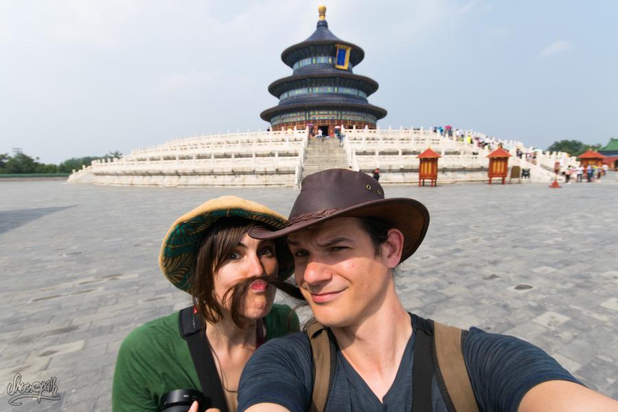 Nous, en Chine à Pékin devant le Temple du Ciel.