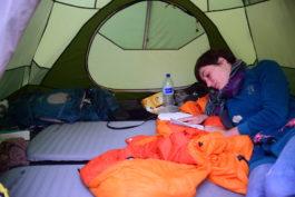 Dans la l'intimité de notre tente, essayant nos nouveaux matelas !