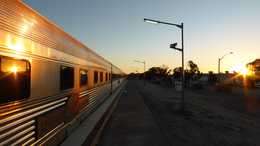 Coucher de soleil sur l'Indian Pacific à Broken Hill (Photo par Mariette)