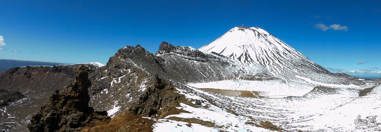 Vue sur le Mount Ngauruhoe depuis la crête du Mount Tongariro