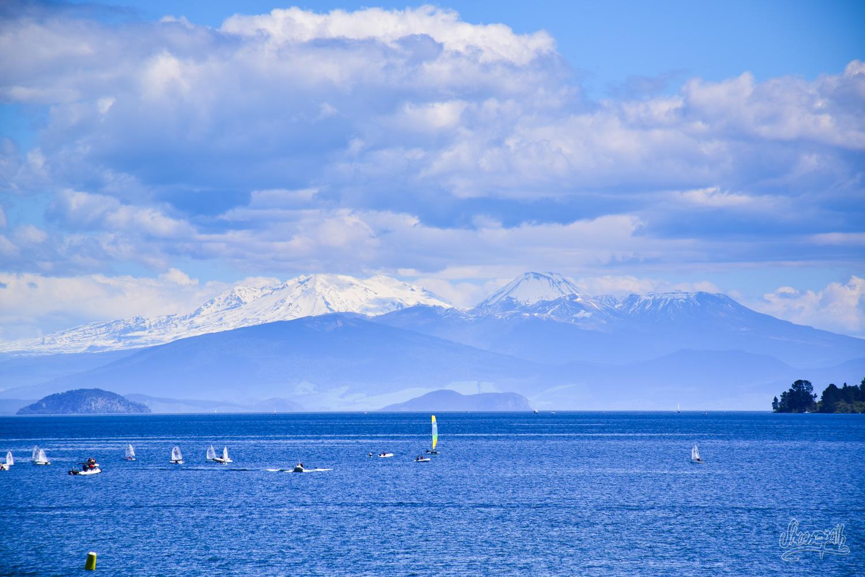 Depuis le centre ville de Taupo, on peut siroter une petite bière en admirant le lac et le Tongariro à l'horizon