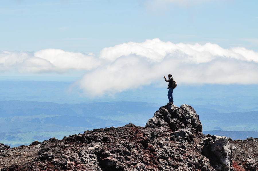 Mariette au sommet du cratère, photographiant la vallée (Photo par Matt)