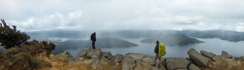 Au sommet du Mt Panekire, nous admirons Lake Waikaremoana sous la pluie