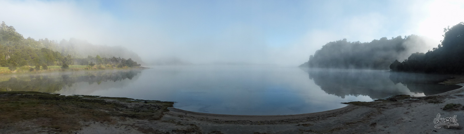 La brume se lève au petit matin sur le lac Waikaremoana
