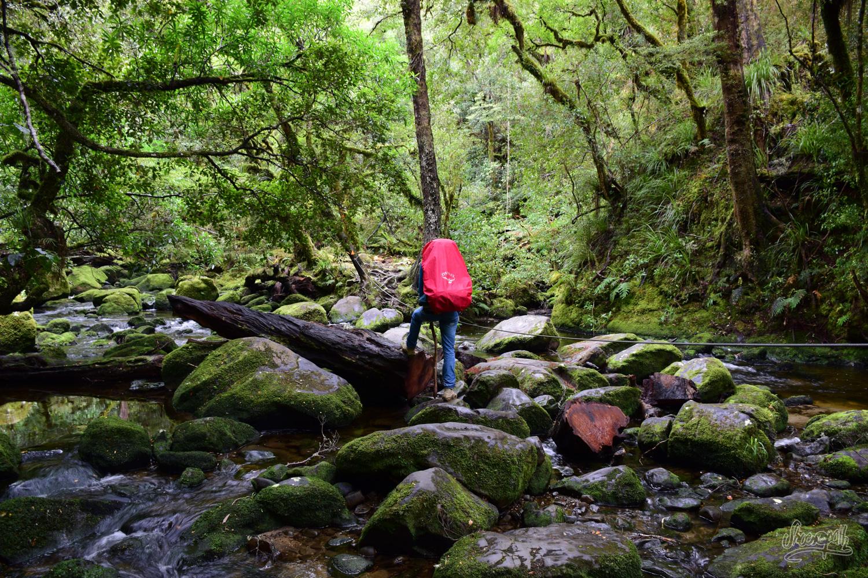 Traversée de rivière pour rejoindre les Korokoro Falls