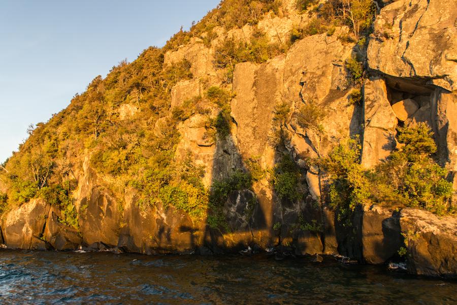 L'approche Des Maori Rock Carving