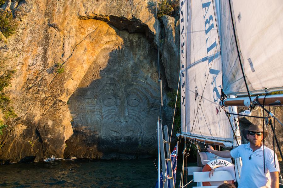Jaime Nous Expliquant L'histoire Des Maori Rock Carving