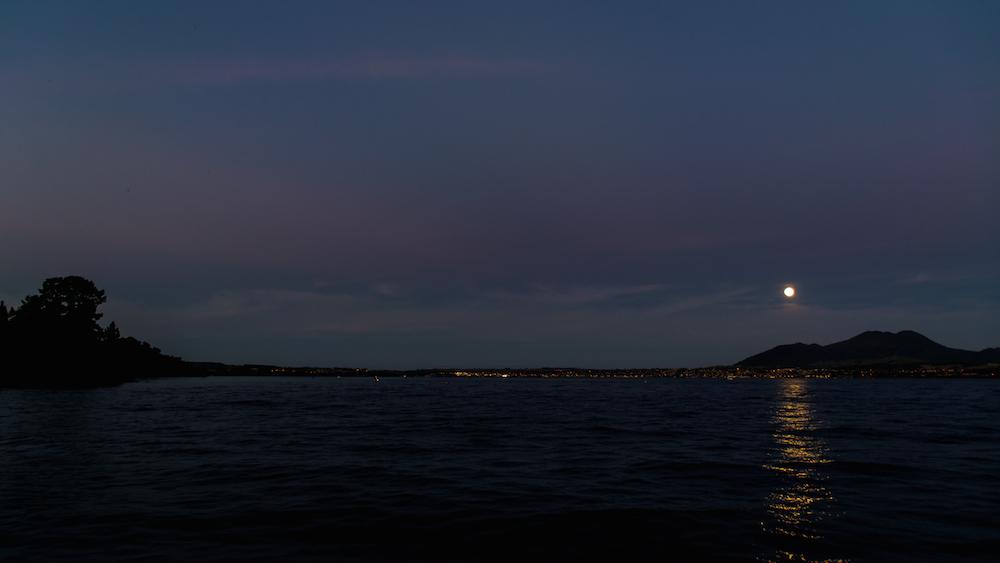 La pleine lune sur Taupo, on a l'impression d'arriver à Tortuga l'île des pirates !