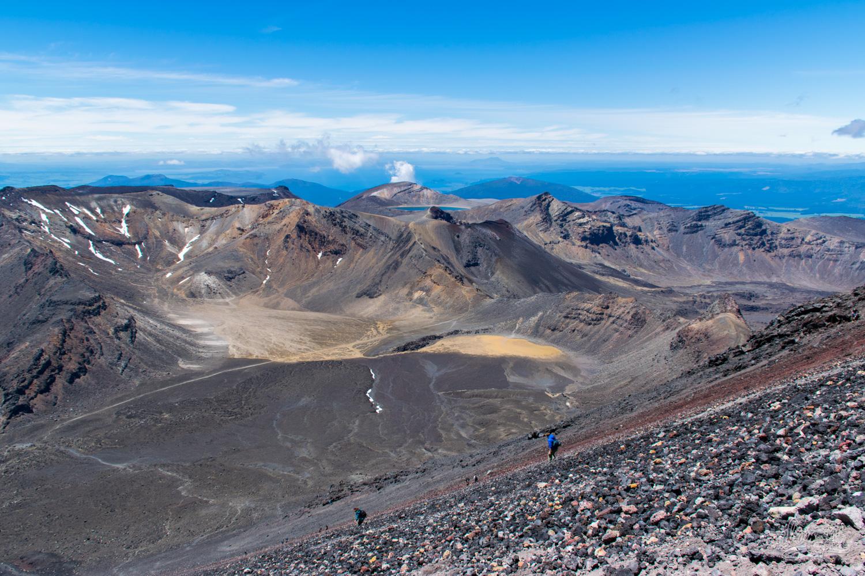 Sur le pierrier du Mont Ngauruhoe, vu sur l'ensemble du Tongariro