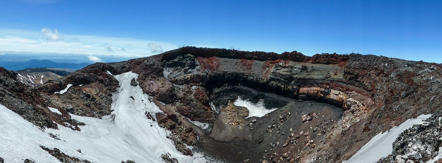 Le cratère du Mt Ngauruhoe. Remarquez les personnes qu'on aperçoit sur la droite pour vous faire une idée de la taille !!!