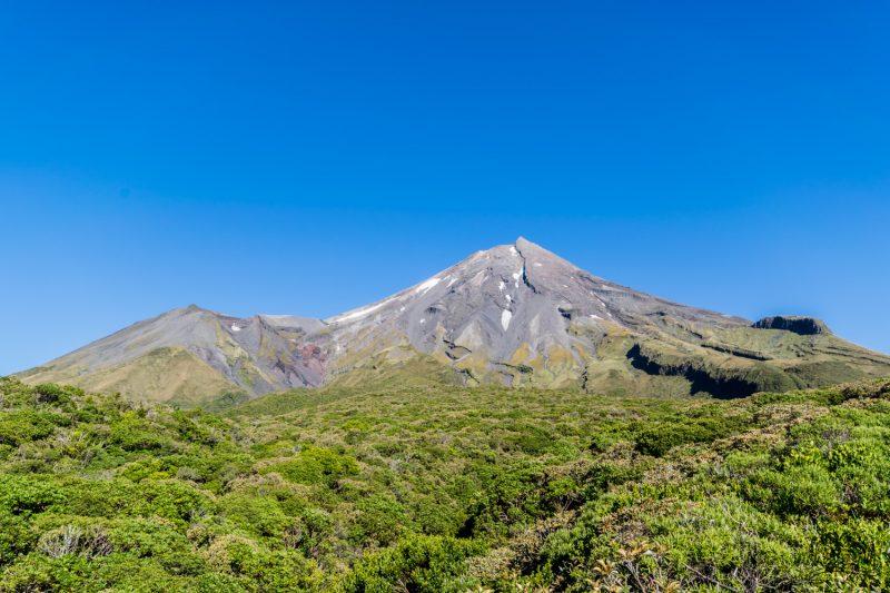 En Bas Du Mont Taranaki, Dans 4 à 5 Heures Nous Serons Tout Là Haut !