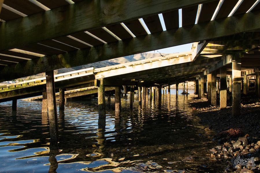Sous les pontons... (Photo par Mariette)