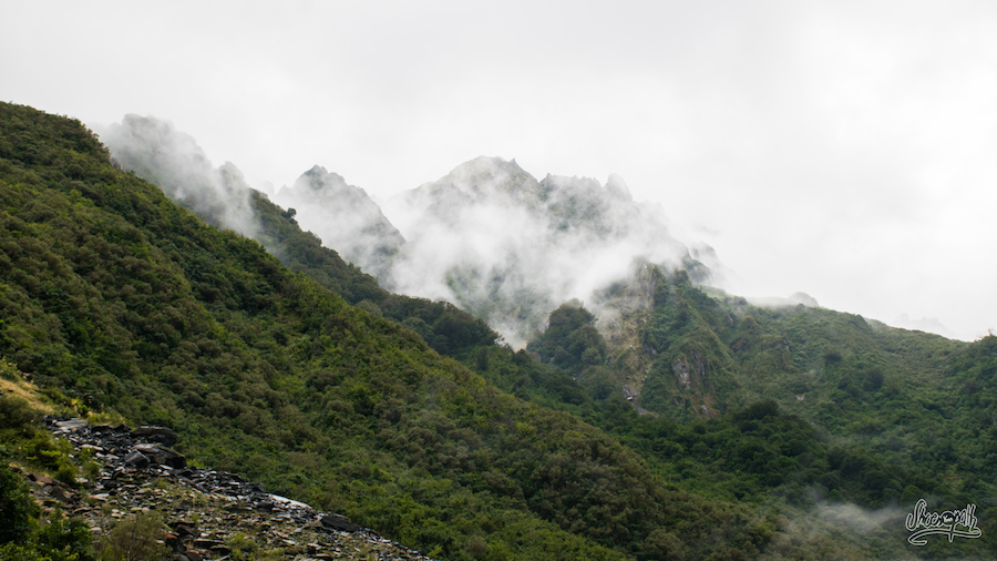 La brume posée telle une couronne blanche sur la tête des montagnes