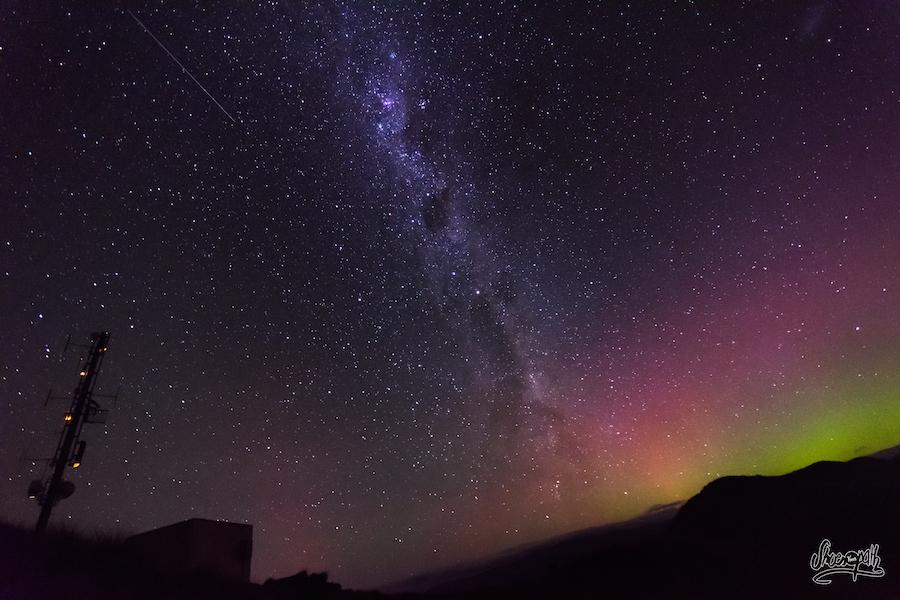L'antenne de Roys Peak, la voie lactée et les aurores australes