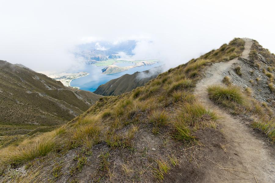 Et quand une trouée dans les nuages passe, Lake Wanaka brille en contrebas