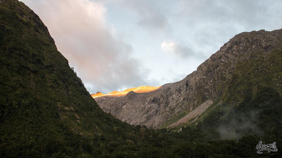 Le soleil pose ses premiers rayons sur les sommets des montagnes du Fiordland National Park (Photo par Mariette)