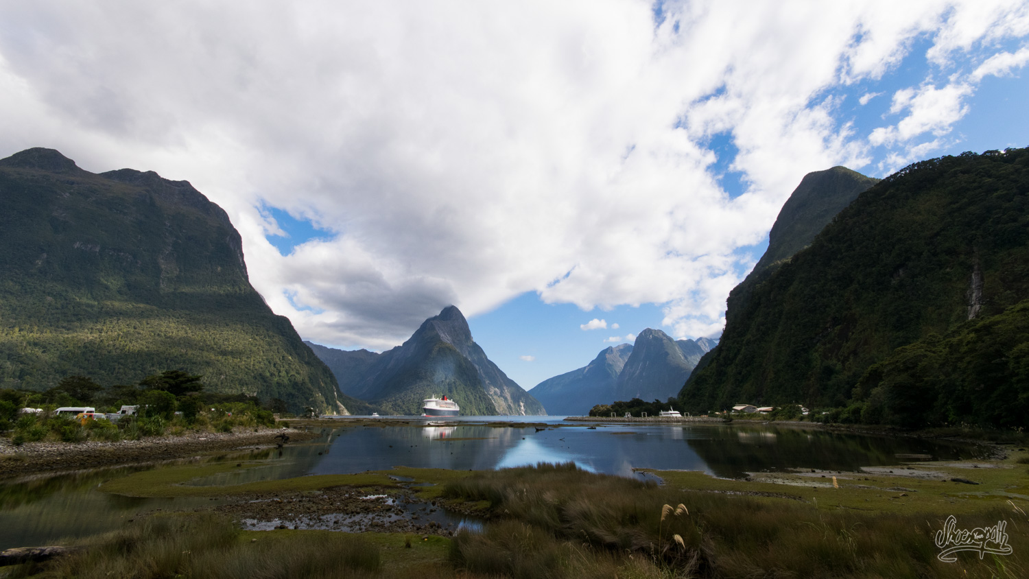 Le Queen Mary II arrive au bout de Milford Sound