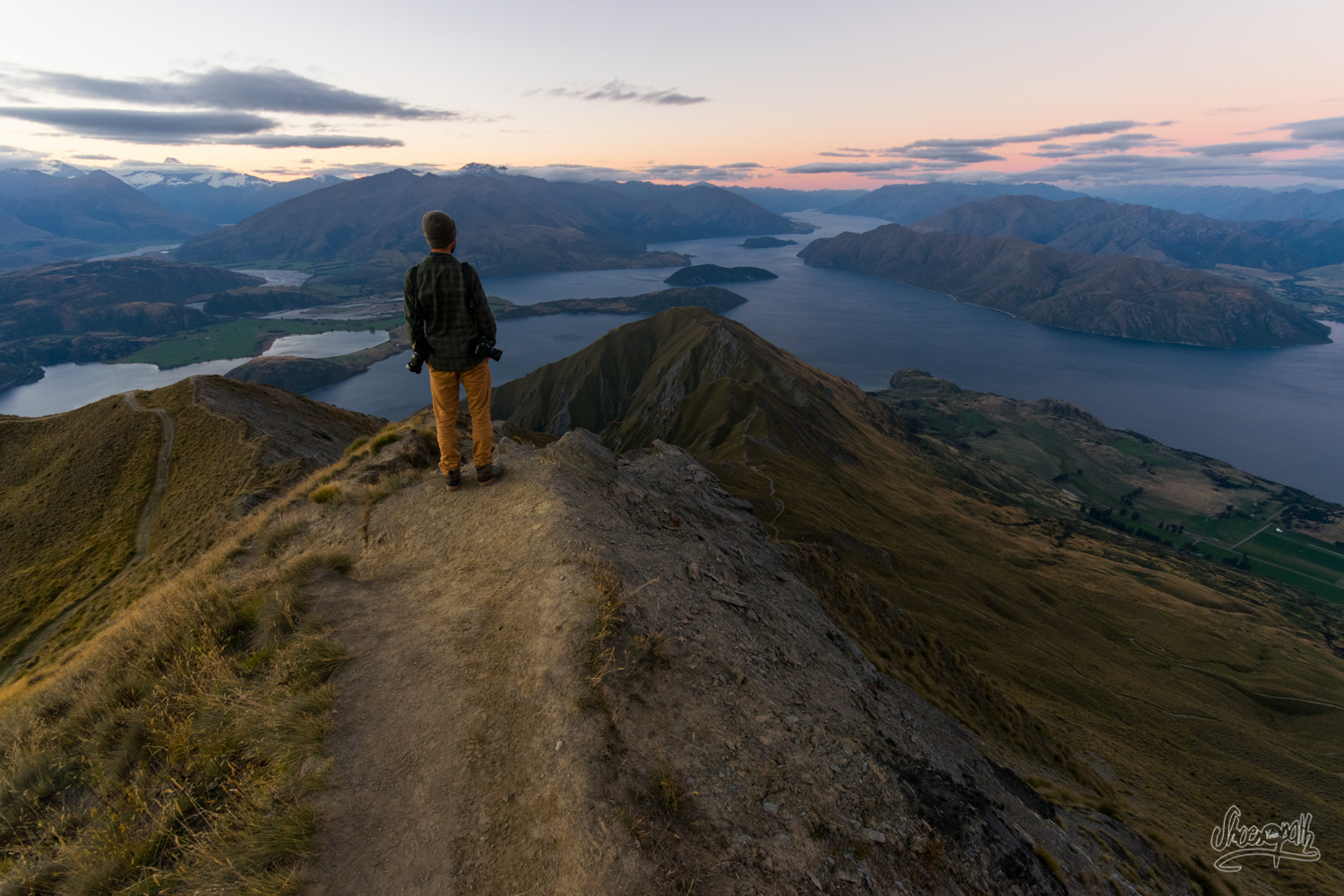 Johan, looking at the last rays of sun over Lake Wanaka from Roys Peak