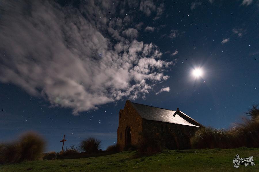 La Lune et le voile nuagueux éclairent Tekapo et la Church of the good shepherd