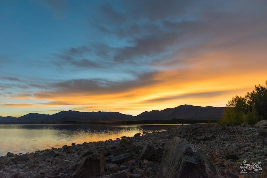 Le ciel prends feu au petit matin au dessus de Lake Tekapo