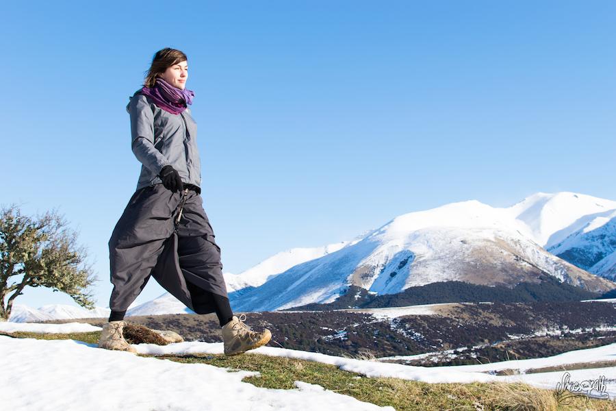 Lorsque le terrain est accidenté ou que le vent souffle la jupe Macabi se transforme en pantalon grâce à un ingénieux système de clips