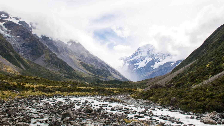 Quand le soleil perce les nuages au dessus de la Hooker Valley et inonde le Mont Cook de sa lumière divine