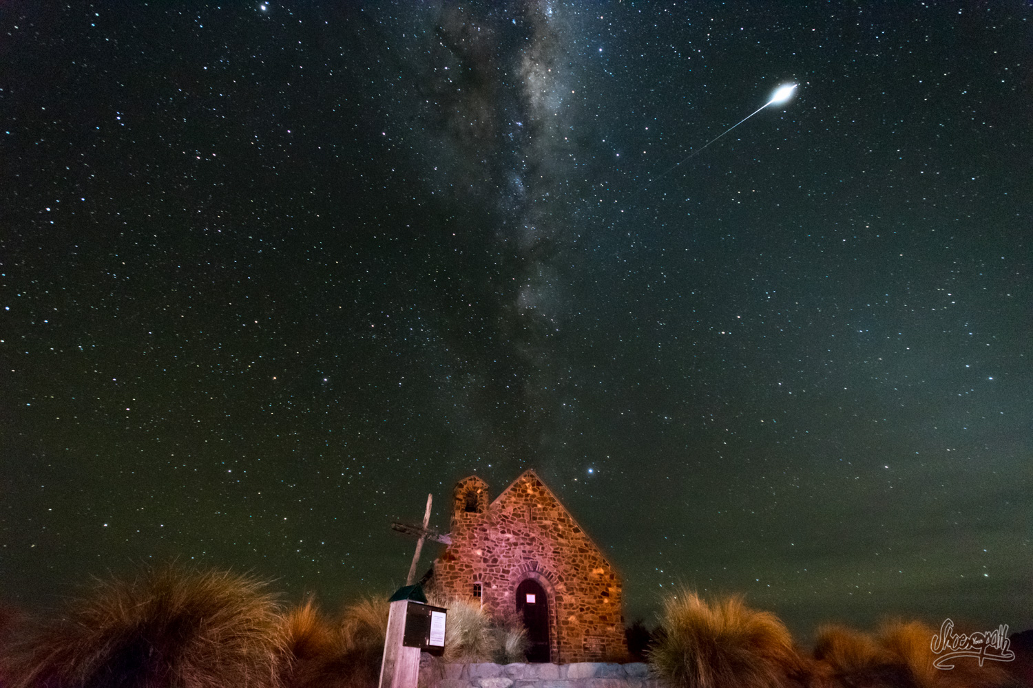 Perfect timing ! The Milky Way is giving us a show over the Church of the good Shepherd in Tekapo.