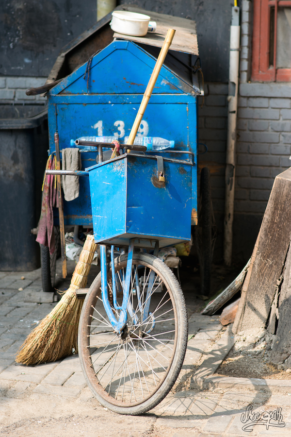 Les Tricycles Des équipes De Nettoyage Qui Quadrillent La Ville Pour La Faire Briller (Photo Par Mariette)