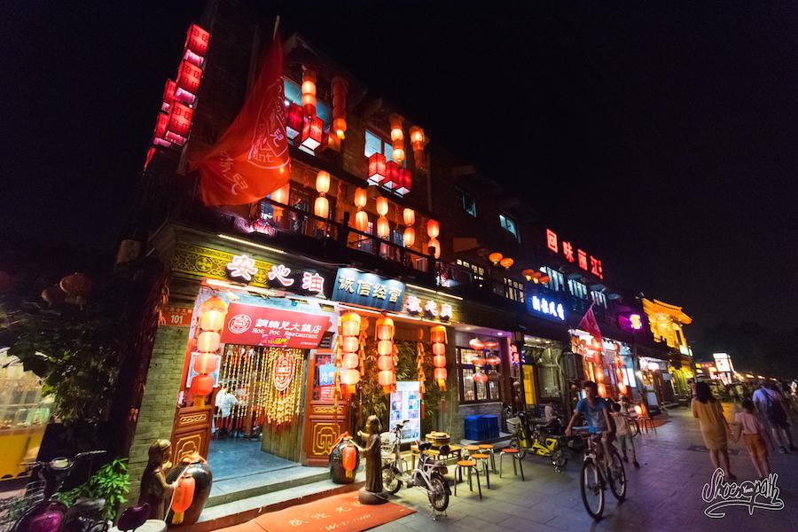 La nuit les rues de Pékin s'animent. Quelle ambiance !