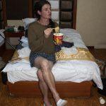 Prochaine Couverture De Vogue. Nouvelle Mode : Pantoufles D'hôtel, Caleçon Parachute, T-Shirt En Mérinos, Bouche En Cul De Poule Et Nouilles Liophylisées (Photo Par Mariette)