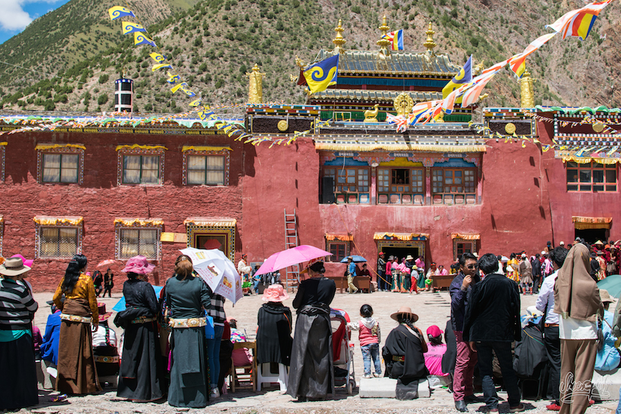 Au Gompa Rili, on attend le spectacle (Photo par Mariette)