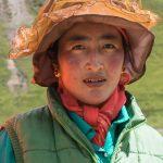 Portrait D'une Ouvrière Travaillant Sur La Route Le Long Du Mékong