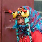 Timide sourire d'une femme tibétaine en parure pour les grandes occasions.