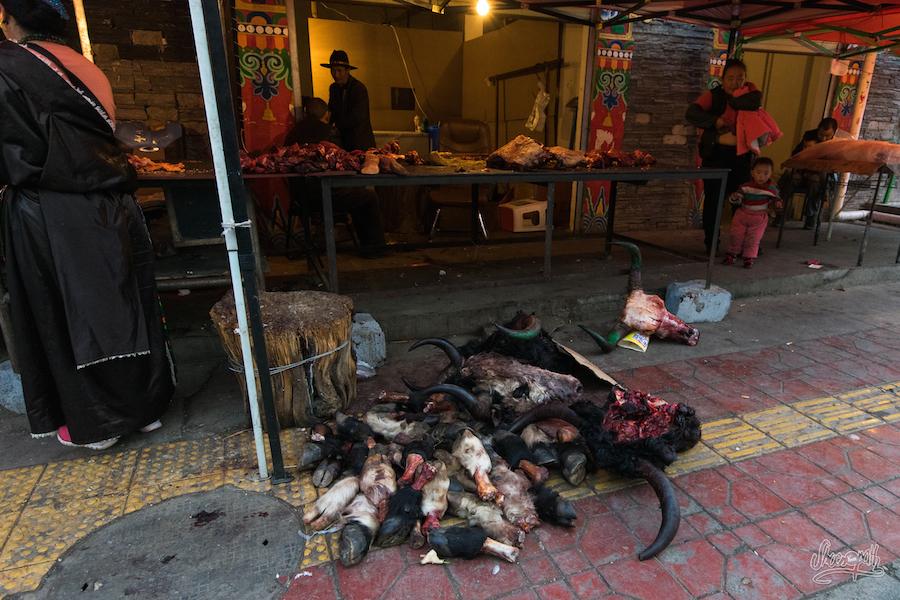 Dans les rues du marché du quartier musulman de Yushu