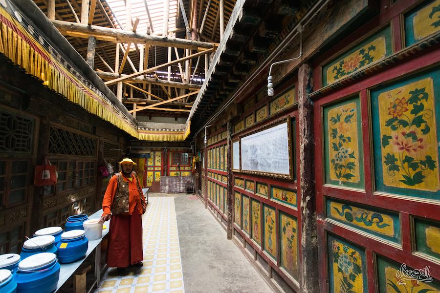 Avec les moines, sous la charpente de bois du temple