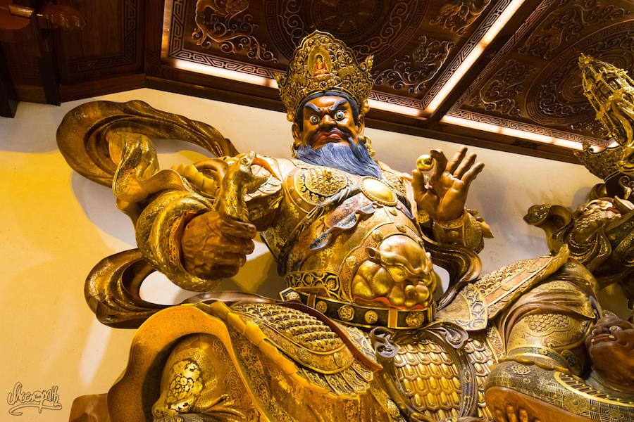 Les Superbes Statues De Bois Du Temple Au Niveau De La Tête Du Grand Bouddha