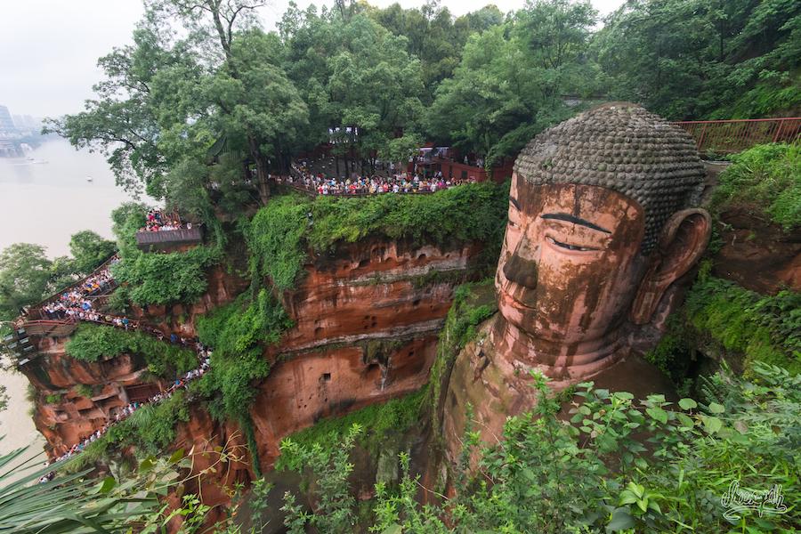 Il faut descendre aux pieds du grand Bouddha par le petit escalier taillé dans la roche