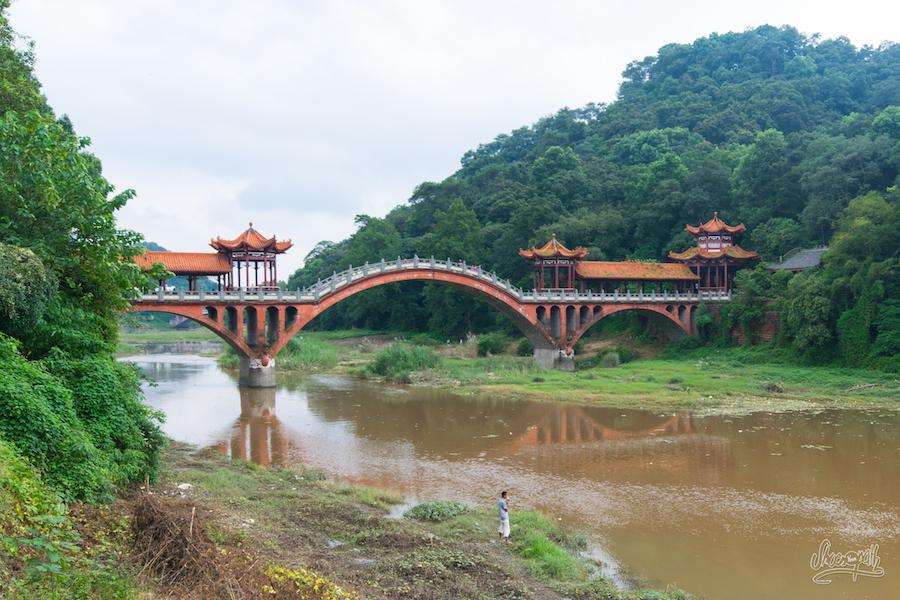 Le superbe pont a la sortie du village de pêcheurs