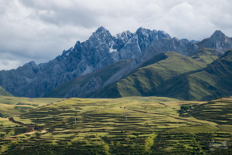 Les sinistres pics qui encadrent la charmante vallée de Garzê