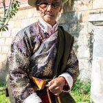 Un Ancien En Tenue D'apparât Venu Faire Tourner Le Rouleau De Prière De Shangri-La
