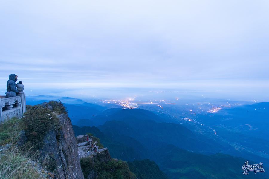 Premières lueurs du jour sur Emeishan. Ce matin pas de mer de nuages, mais ce sera une belle brume bleutée
